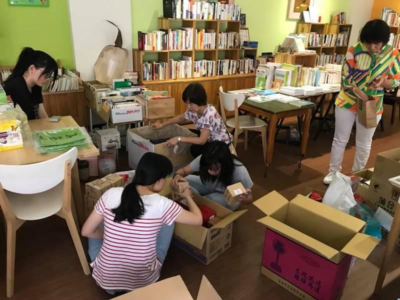 埔里生態城鎮日即將登場,志工們在山里好巷書房裡整理募集而來的二手物。(陳宜君 攝)