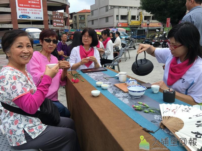 水沙連社大茶藝之美班於仁愛公園推廣奉茶文化,慶祝母親節。(唐茹蘋 攝)