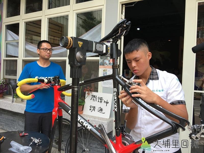 埔里國中學生洪瑞祥體驗學習後已能獨自組裝公路車。(唐茹蘋 攝)