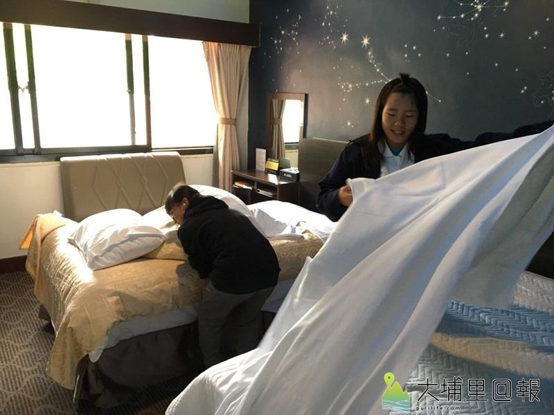 仁愛國中2位女學生至清境國民賓館體驗房務整理。(輔諮中心提供)
