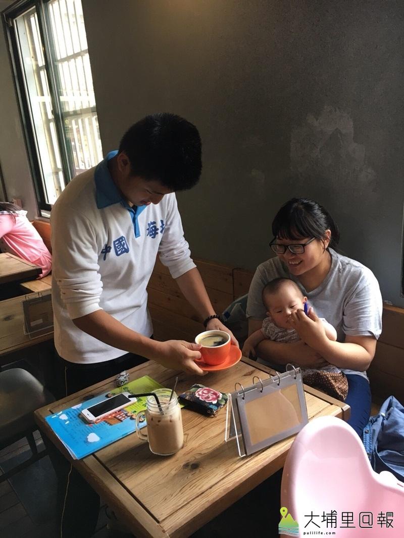 北梅國中學生在早午餐店服務客人。(輔諮中心提供)