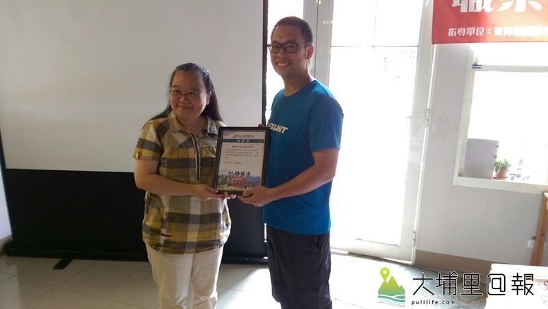 縣府教育處副處長王淑玲代表頒發感謝狀給配合體驗的商家捷安特嘉羽單車。(輔諮中心提供)
