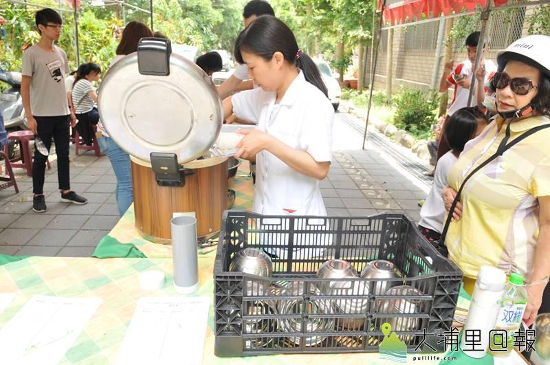 埔里生態城鎮日於啄木鳥步道舉辦,中午供餐不使用一次性餐具,並鼓勵民眾自備環保碗筷。(柏原祥 攝)