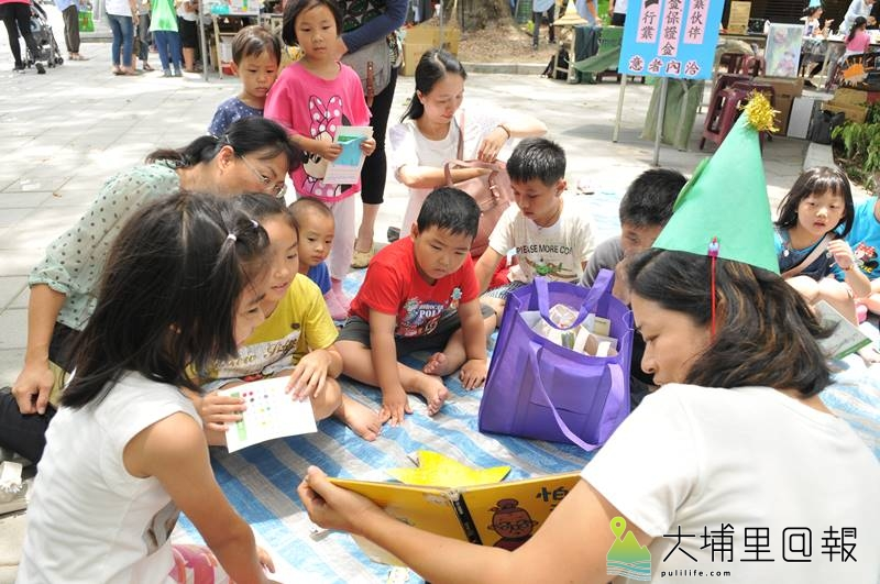 埔里生態城鎮日於啄木鳥步道舉辦,故事媽媽邀請小朋友坐上「魔毯」,聆聽繪本主角的生命故事。(柏原祥 攝)