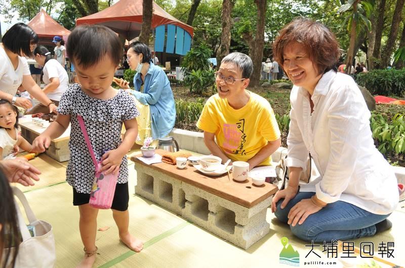 埔里生態城鎮日在啄木鳥步道舉辦,司茶人的攤位,提供茶文化體驗。(柏原祥 攝)