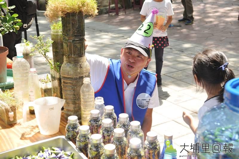 2018埔里生態城鎮日於啄木鳥步道舉辦,志工陳新豪自製天然過濾器,告知民眾潔淨地下水的由來。(柏原祥 攝)