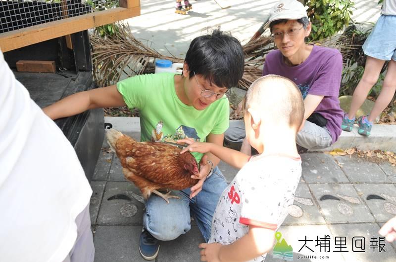 2018埔里生態城鎮日中,慈心有機農業發展基金會志工教育民眾如何與雞作朋友。(柏原祥 攝)
