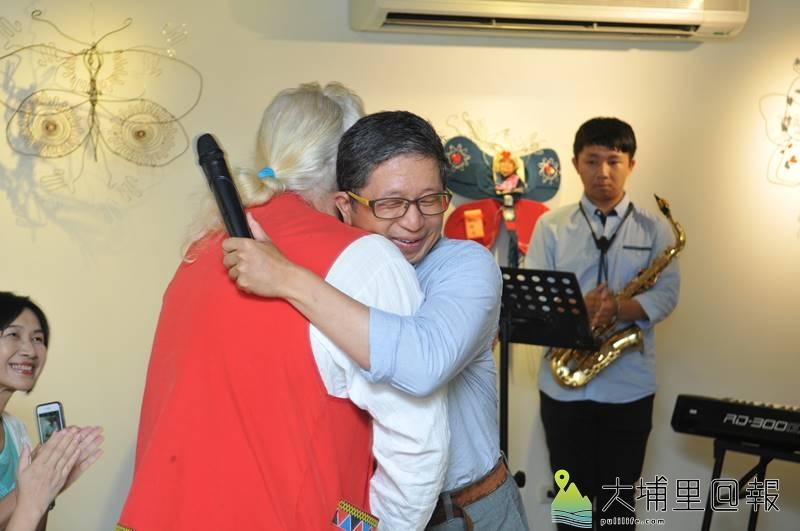 新故鄉基金會董事長廖嘉展長期協助費爾在埔里拓展互助網絡,費爾特別送上大大的擁抱。(柏原祥 攝)