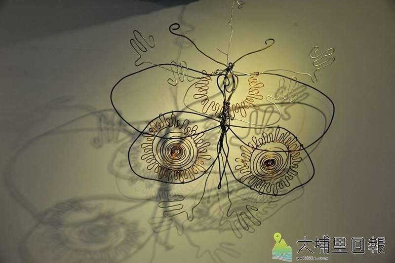費爾《童心未泯》畫展中在紙教堂「流‧藝廊」展出,他擅長以廢棄材料捏塑讓人深思的作品。(圖/紙教堂提供)