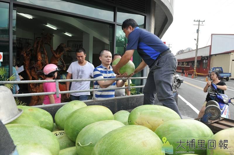 埔里鎮愛心人士集資買西瓜,並在縣議員廖志城服務處發放,希望能幫助癌末的呂姓農友。(柏原祥 攝)