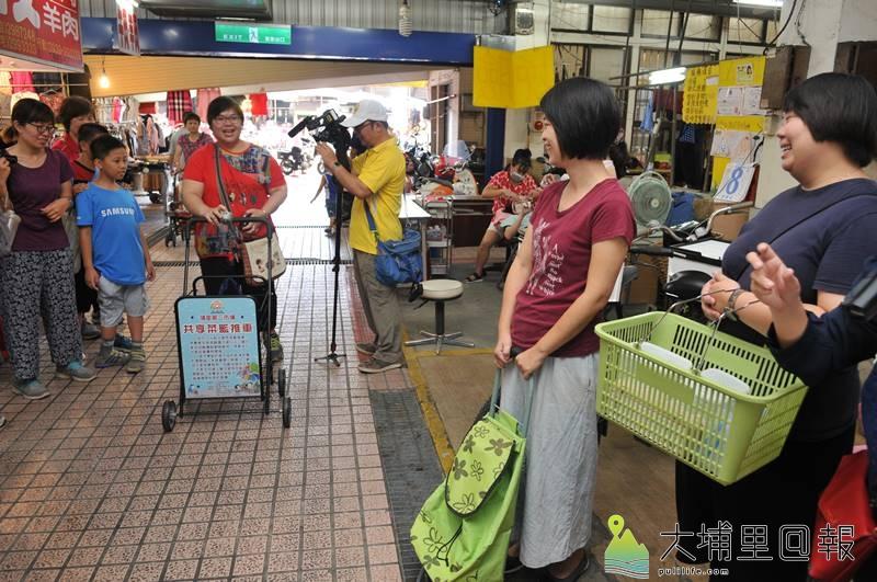 埔里鎮第三市場推動友善市場行動計畫,只要騎乘非機動車或步行購物、提、推菜籃,即能集點換取禮物。(柏原祥 攝)
