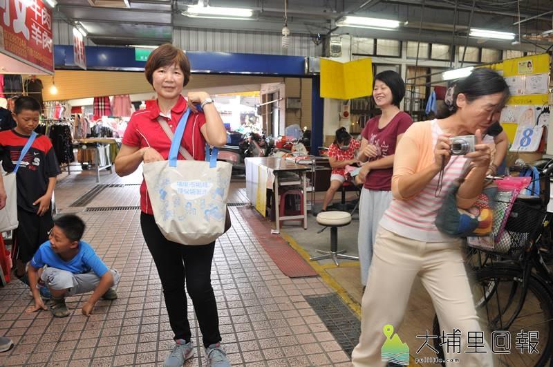 埔里鎮第三市場推動友善市場行動計畫,只要騎乘非機動車或步行購物、提、推菜籃、使用環保購物袋,即能集點換取禮物。(柏原祥 攝)