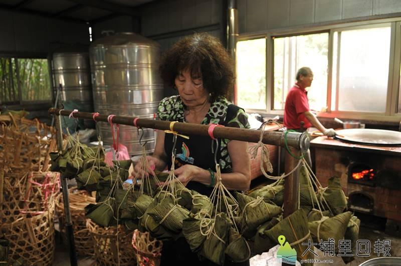 陳綢阿嬤帶領良顯堂的志工料理素粽,迄今仍以大灶燒著柴火蒸煮。(柏原祥 攝)