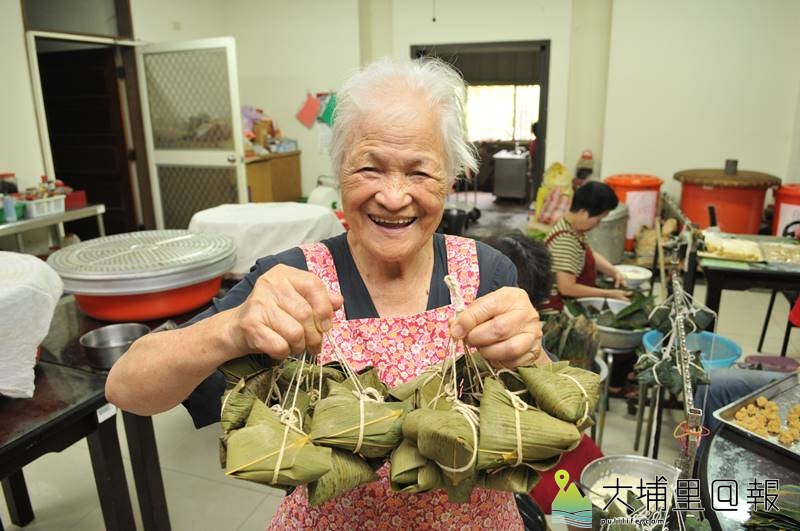 陳綢阿嬤帶領良顯堂的志工料理素粽,迄今已有40年的歷史。(柏原祥 攝)