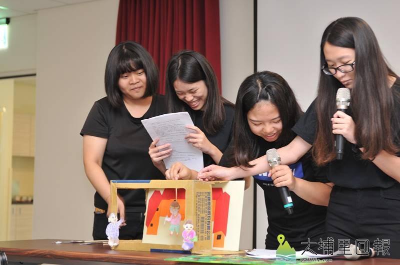 暨大同學以船山故事為藍本,打造翻幕紙偶劇。(柏原祥 攝)