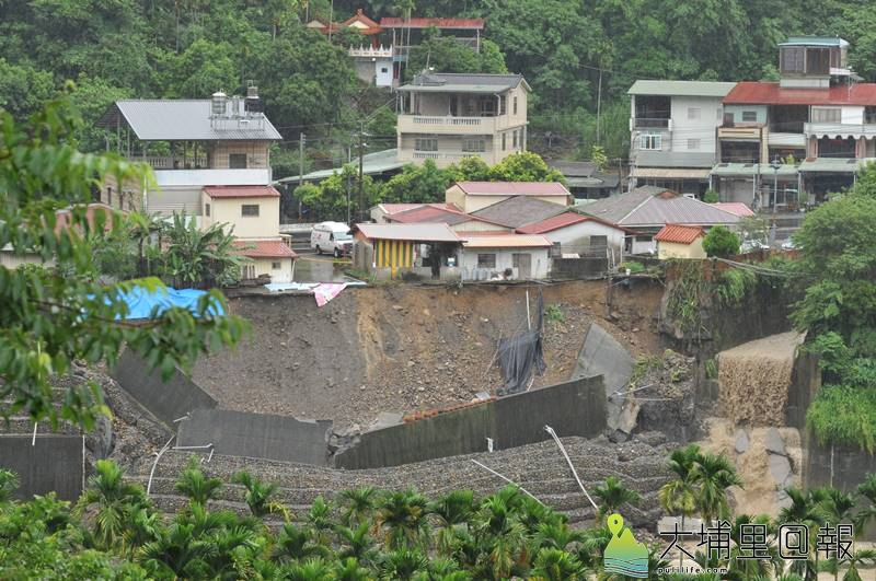 連日大雨造成駁坎淘空,國姓鄉柑林村七戶民宅後院懸空,看來岌岌可危。(柏原祥 攝)