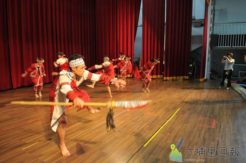 暨大附中原青社以精湛的舞蹈及感人的古調,在原住民族母語歌謠暨歌舞劇大賽奪冠。(柏原祥 攝)