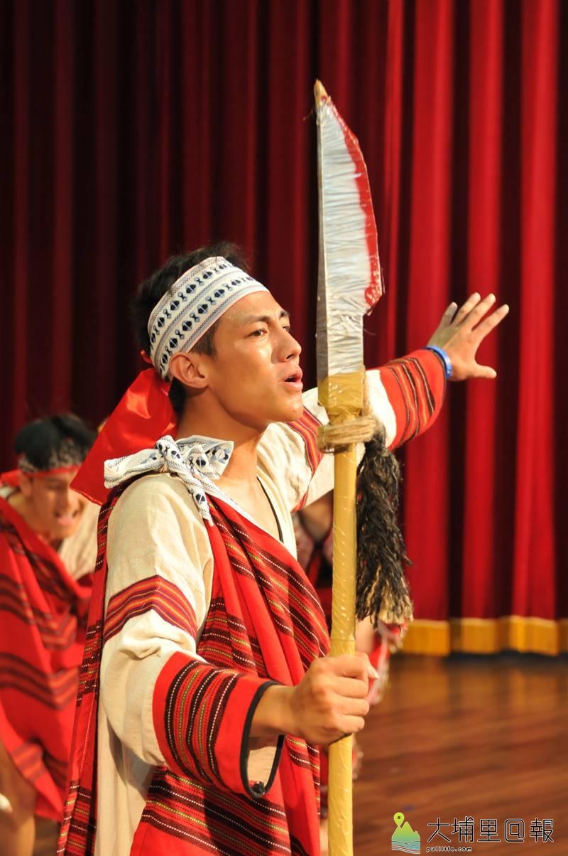 暨大附中原住民族母語歌謠暨歌舞劇大賽奪冠,高三同學賴科元並獲得最佳男主角獎。(柏原祥 攝)