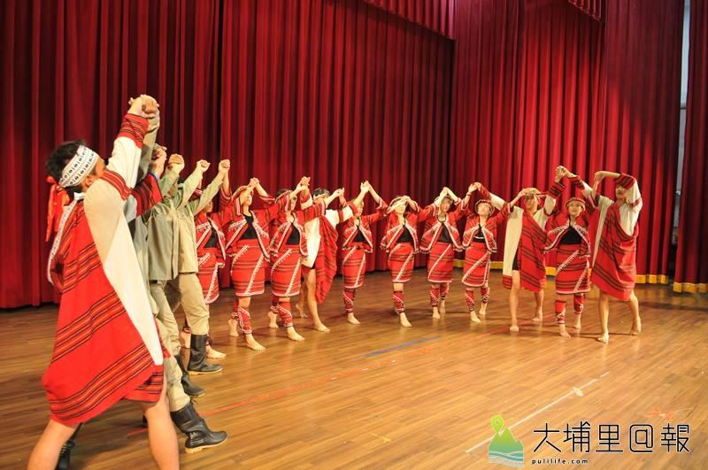 暨大附中原青社以霧社事件為劇本,並以精湛的舞蹈及感人的古調,在原住民族母語歌謠暨歌舞劇大賽奪冠。(柏原祥 攝)