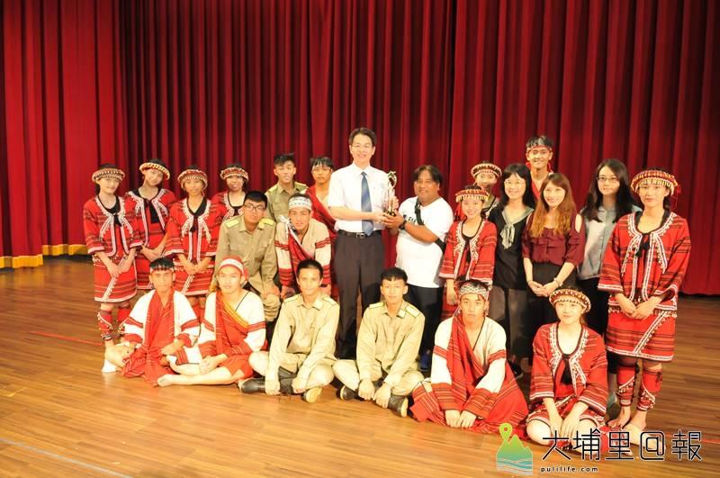 暨大附中原住民族母語歌謠暨歌舞劇大賽奪冠,師生們開心合影。(柏原祥 攝)