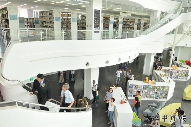 暨大附中圖書教學大樓落成,迴旋樓梯與寬敞、明亮空間是建築一大特色。(柏原祥 攝)