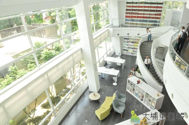 暨大附中圖書教學大樓落成,大面窗牆與明亮空間是建築一大特色。(柏原祥 攝)