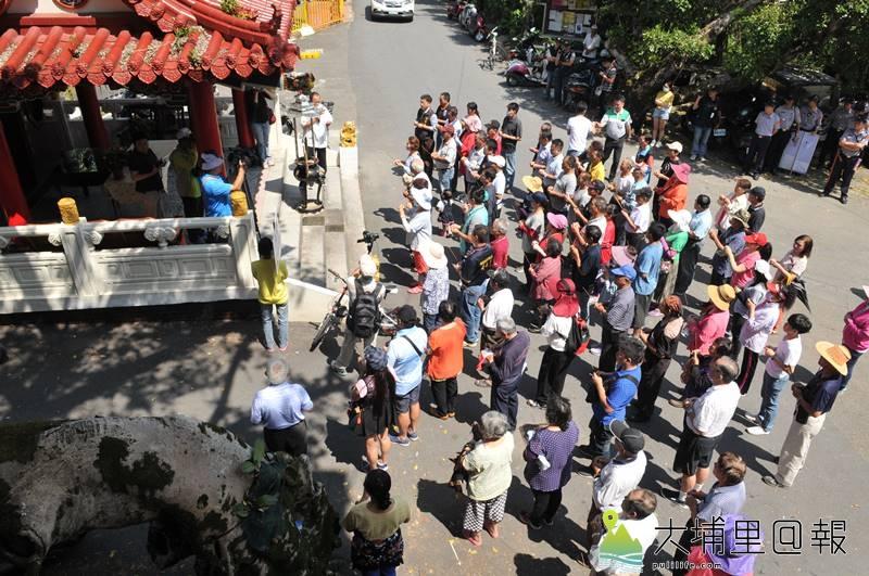 反對興建鯉魚潭殯儀館的蜈蚣里民先拜完土地公與請示番祖後,展開抗議行動。(柏原祥 攝)