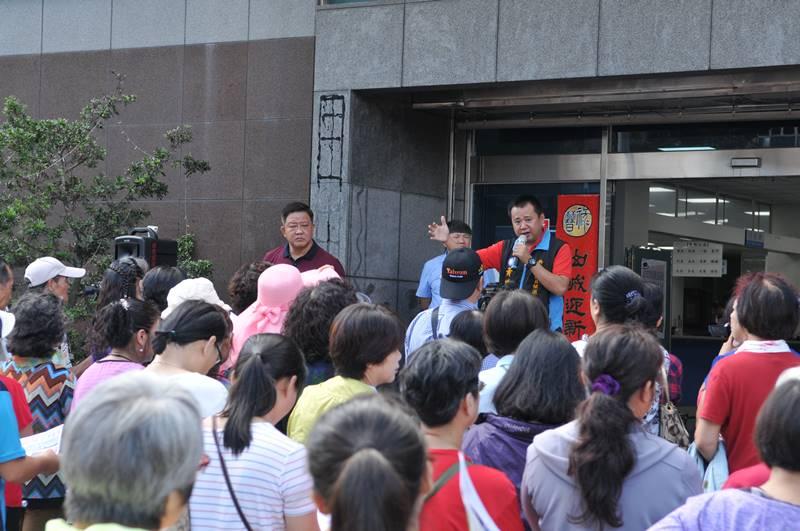 埔里鎮公所動員群眾至公所前聲援蜈蚣里施設殯儀館,作為引起爭議。