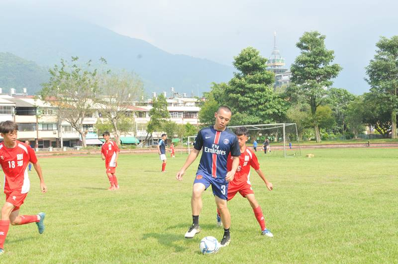 嘉義縣新港國中足球員與埔里地區的男子球隊進行友誼賽。(唐茹蘋 攝)