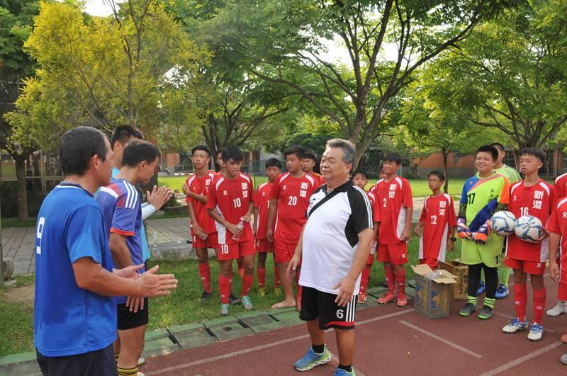 嘉義縣新港國中足球隊,至宏仁國中與埔里的青少年球員及男子組球員交流並進行友誼賽。(柏原祥 攝)