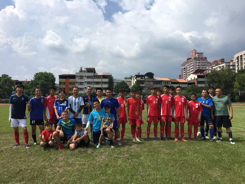 嘉義縣新港國中足球隊,至宏仁國中與埔里的青少年球員及男子組球員交流並進行友誼賽,賽前先行合影。(柏原祥 攝)