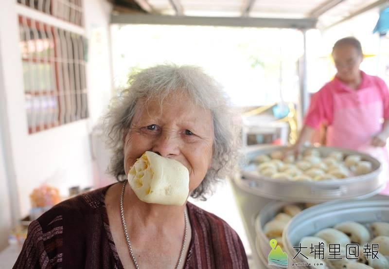 林波與靳寶儀夫婦日前造訪南豐家庭托顧住所,帶領部落長者享受饅頭DIY樂趣。(張智凱 攝)