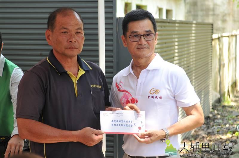 金樹機構董事長張福源(右)捐贈25萬元予興南宮主委周文棋,作為保護茄苳樹王公的基金。(柏原祥 攝)
