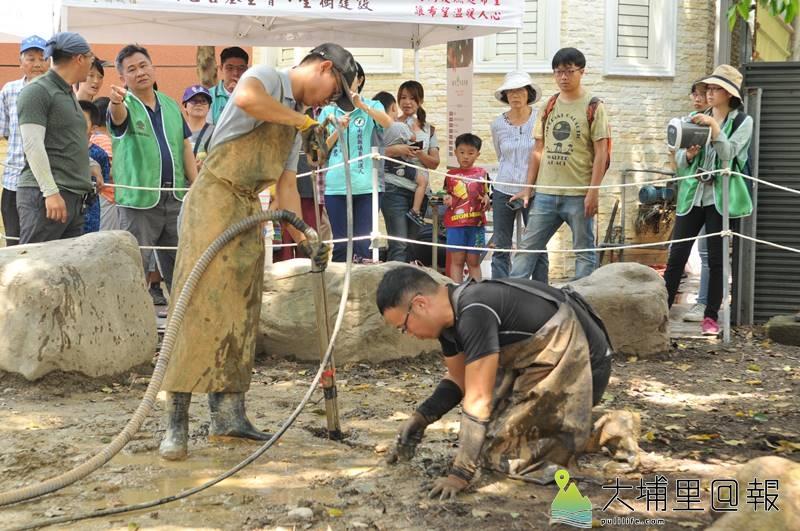 埔里茄苳樹王公救援行動啟動,救樹人員以高壓水刀挖掘氣穴,清理土壤裡的石頭。(柏原祥 攝)