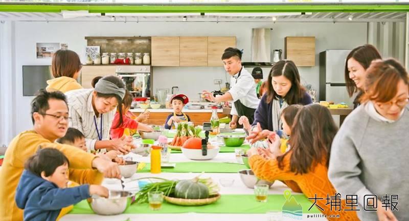 陳允中注重食材健康,曾在「五感食物」教室裡帶領著親子認識食材,做美味的料理。(圖/陳允中提供)