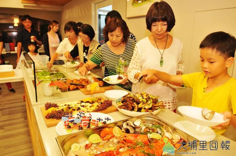 埔里囝仔陳允中即將至AIT擔任廚師,在父母親陳昭維、張榮華的安排下,邀請親友前來享用健康美食。(柏原祥 攝)