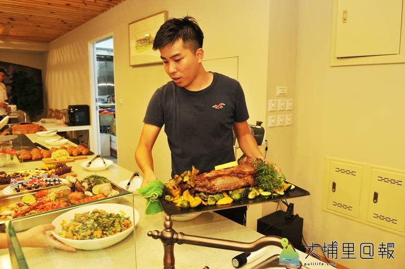 陳允中雖然年僅26歲,但料理經驗豐富,即將至AIT擔任廚師之際,父母為他在埔里鎮辦一場自助餐會。(柏原祥 攝)