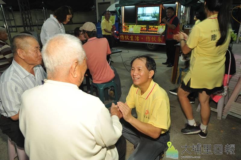 埔里鎮長候選人廖志城團隊引進卡拉OK貨車,讓不便出遠門的老人家,也能就近享受與歌友歡唱的樂趣。(柏原祥 攝)