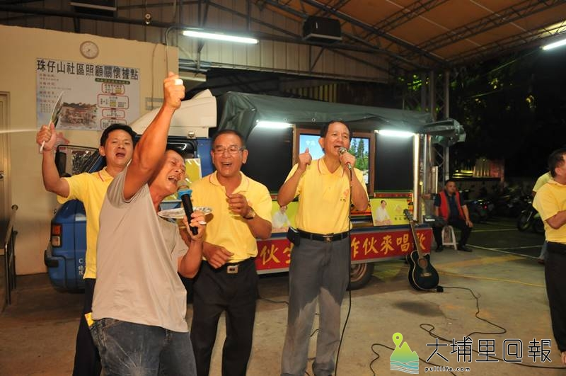 「作伙生活、作伙來唱歌」歡唱貨車來到埔里鎮各個村里,一曲《你是我的兄弟》帶動現場氣氛。(柏原祥 攝)