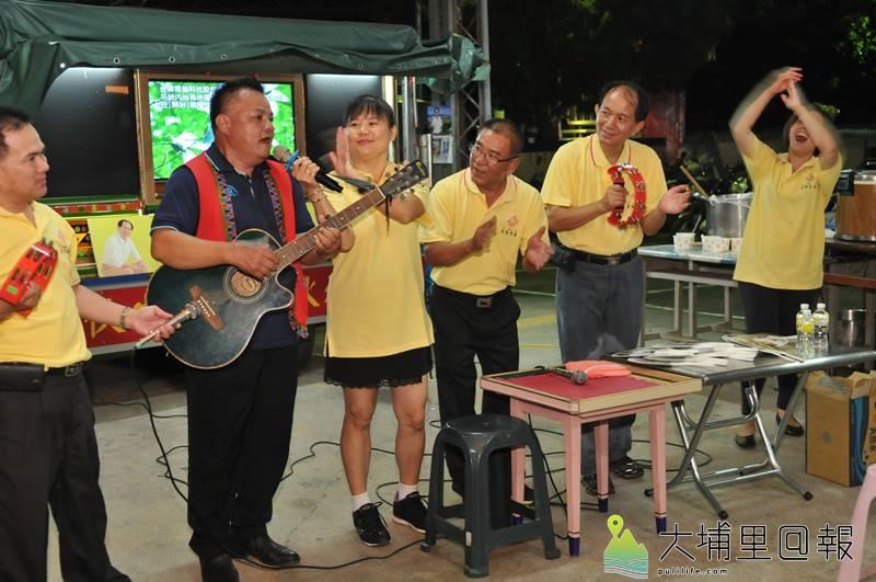 「作伙生活、作伙來唱歌」歡唱貨車來到埔里鎮各個村里,知名歌手阿里山王子也前來施展歌喉。(柏原祥 攝)