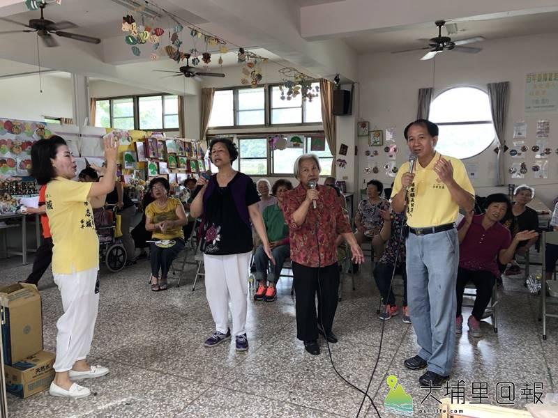 「作伙生活、作伙來唱歌」歡唱貨車來到埔里鎮各個村里,讓老人家不必出遠門也能與歌友們同樂。(柏原祥 攝)