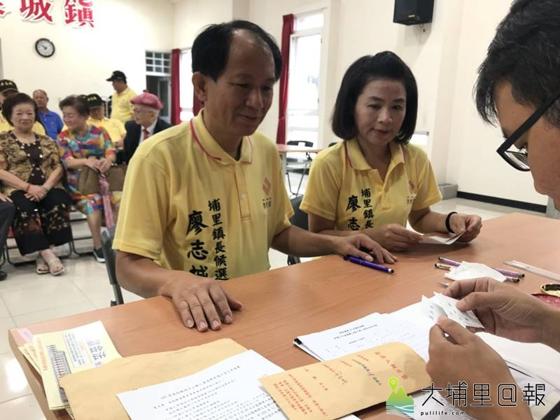 2018地方選舉啟動,南投縣議員廖志城在家人的陪同下登記參選埔里鎮長。