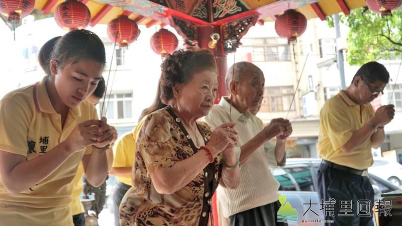 2018地方選舉啟動,南投縣議員廖志城在家人的陪同下登記參選埔里鎮長,登記前先至寺廟祭拜。