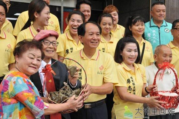 埔里鎮長參選人廖志城全家出動,家人送上粽子祝福他「凍蒜」。