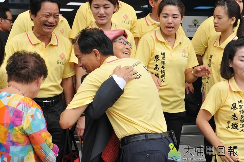 南投縣議員廖志城登記參選埔里鎮長,全家出動為他打氣,岳父黃炳松送上擁抱。