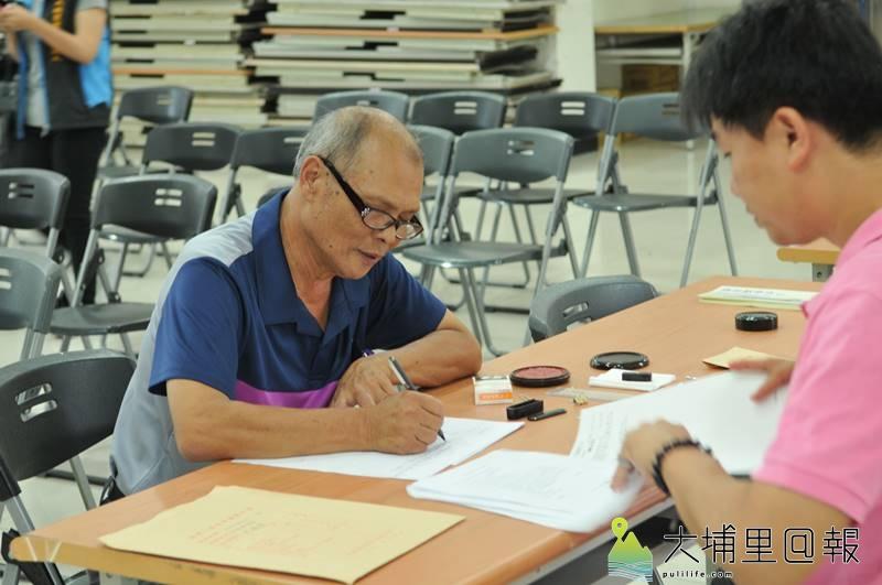 2018年底大選登記截止,圖為候選人至埔里鎮公所登記參選資料。(柏原祥 攝)