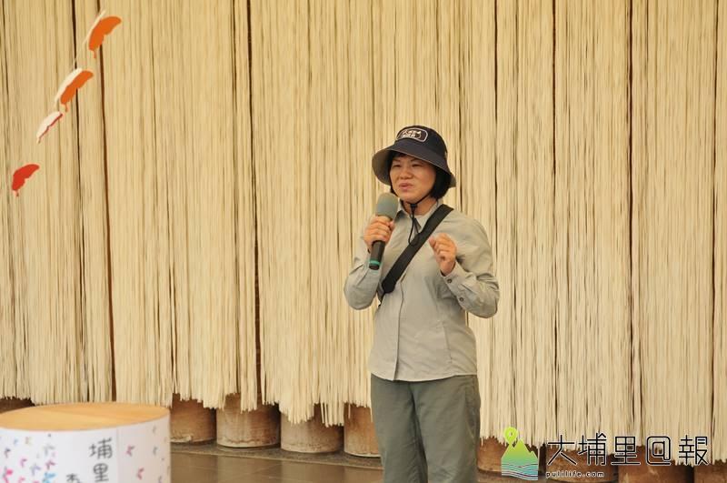 埔里蝴蝶森林公園大會宣示,並頒發初、中級生態解說員證書,蕭杏仰分享學習的歷程。(柏原祥 攝)