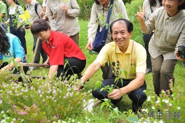 埔里鎮長候選人廖志城參與埔里蝴蝶森林公園宣示,並種上蜜源植物與食草。(柏原祥 攝)