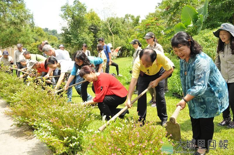 埔里蝴蝶森林公園大會宣示,與會來賓為蝴蝶造窩,種上蜜源植物或食草。(柏原祥 攝)