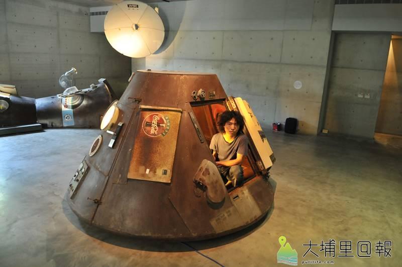 草屯鎮毓繡美術館《帶我去月球》展覽,新銳藝術家李承亮以家用電器打造太空艙,帶領觀者逃離地球。(柏原祥 攝)